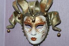 垂悬在墙壁上的威尼斯式面具 库存照片
