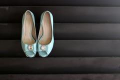 垂悬在墙壁上的婚礼鞋子 图库摄影