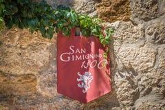垂悬在墙壁上的横幅旗子在圣吉米尼亚诺,意大利 免版税库存图片