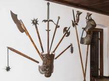 垂悬在墙壁上的武器在麸皮的武器屋子防御 麸皮城市在罗马尼亚 库存图片