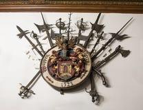 垂悬在墙壁上的武器在Peles的内在屋子在锡纳亚防御,在罗马尼亚 免版税图库摄影