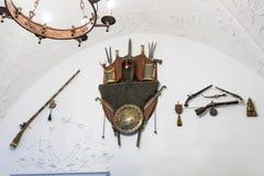 垂悬在墙壁上的武器在Peles的内在屋子在锡纳亚防御,在罗马尼亚 免版税库存图片