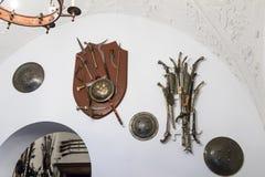 垂悬在墙壁上的武器在Peles的内在屋子在锡纳亚防御,在罗马尼亚 库存照片