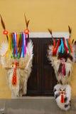 垂悬在墙壁上的狂欢节面具 库存照片