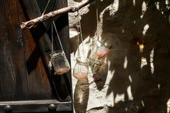 垂悬在墙壁上的空的水罐 库存图片