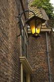 垂悬在墙壁上的老城市灯笼 免版税库存图片
