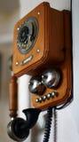 垂悬在墙壁上的葡萄酒电话 免版税库存图片