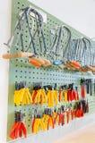垂悬在墙壁上的钳子和工具 图库摄影
