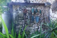 垂悬在墙壁葡萄酒样式的园艺工具 图库摄影