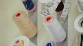 垂悬在墙壁,裁缝的操作范围,裁缝上的螺纹和标记 股票视频