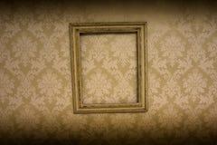 垂悬在墙纸的空的古色古香的框架 免版税库存图片