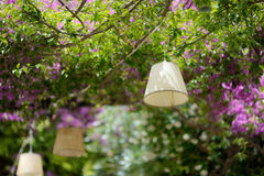 垂悬在夏天室外咖啡馆上的灯 免版税库存照片