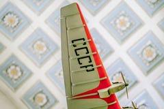 垂悬在天空中的减速火箭的苏联飞机的模型 免版税图库摄影