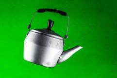 垂悬在天空中的酿造家庭茶的水壶 免版税库存图片
