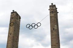 垂悬在奥林匹克体育场的奥林匹克圆环标志在柏林,德国 免版税库存图片