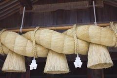 垂悬在寺庙前面的大绳索 库存图片
