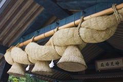 垂悬在寺庙前面的大绳索 免版税库存照片