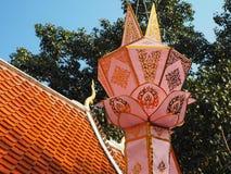 垂悬在寺庙的传统灯笼 库存图片