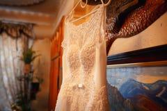 垂悬在屋子里的婚礼礼服 库存图片