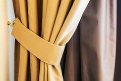 垂悬在屋子里的帷幕和窗帘 免版税库存照片