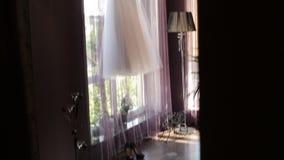 垂悬在屋子里的美丽的婚礼礼服 影视素材