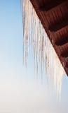 垂悬在屋顶的冰柱 图库摄影