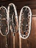 垂悬在山村庄的墙壁上的葡萄酒木雪靴 库存照片