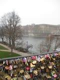 垂悬在岗位des艺术,巴黎的一些爱锁 图库摄影