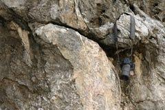 垂悬在岩石的老照相机 免版税库存图片