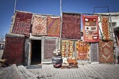 垂悬在市场上的土耳其地毯 免版税库存照片