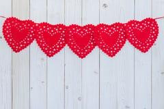 垂悬在庆祝的白色木头的红色心脏与空间 免版税库存照片