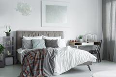 垂悬在床的抽象绘画 库存图片