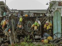 垂悬在房子外面的五颜六色的钓鱼的浮游物 库存照片