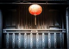 垂悬在房子,越南前面的灯笼。 库存图片