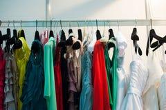 垂悬在挂衣架的多彩多姿的妇女的衣物水平 免版税图库摄影