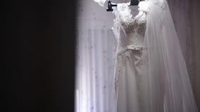 垂悬在晒衣架的婚礼礼服 股票视频