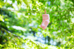 垂悬在晒衣绳的婴孩衣裳 库存图片