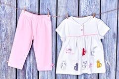 垂悬在晒衣绳的婴孩衣裳 免版税库存照片
