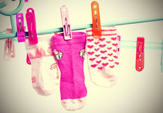 垂悬在晒衣绳的五颜六色的袜子 在白色背景的图象与小插图,葡萄酒样式 库存图片