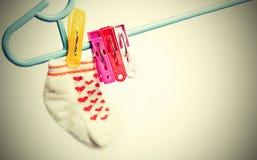 垂悬在晒衣绳的五颜六色的袜子 在白色背景的图象与小插图,葡萄酒样式 库存照片