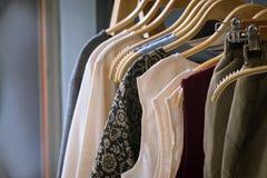 垂悬在晒衣绳的女性衣裳以颜色品种和 库存图片