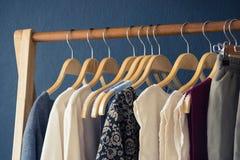 垂悬在晒衣绳的女性衣裳以颜色品种  免版税库存照片