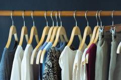 垂悬在晒衣绳的女性衣裳以颜色品种  免版税库存图片