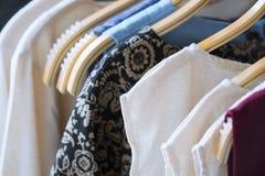 垂悬在晒衣绳的女性衣裳以颜色品种  免版税图库摄影