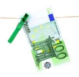 100垂悬在晒衣绳的欧元钞票 免版税库存照片