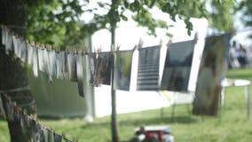 垂悬在晒衣绳的照片由晒衣夹  影视素材