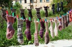 垂悬在晒衣绳的羊毛袜子 库存照片