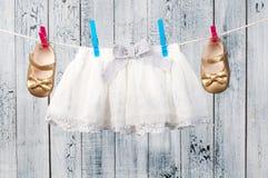垂悬在晒衣绳的婴孩衣裳。 免版税库存图片