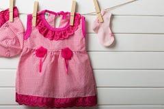 垂悬在晒衣绳的婴孩衣裳 免版税图库摄影