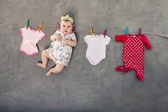 垂悬在晒衣绳的婴孩 免版税图库摄影